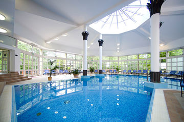 Prachtvoller Indoor Pool des Schlosshotels.